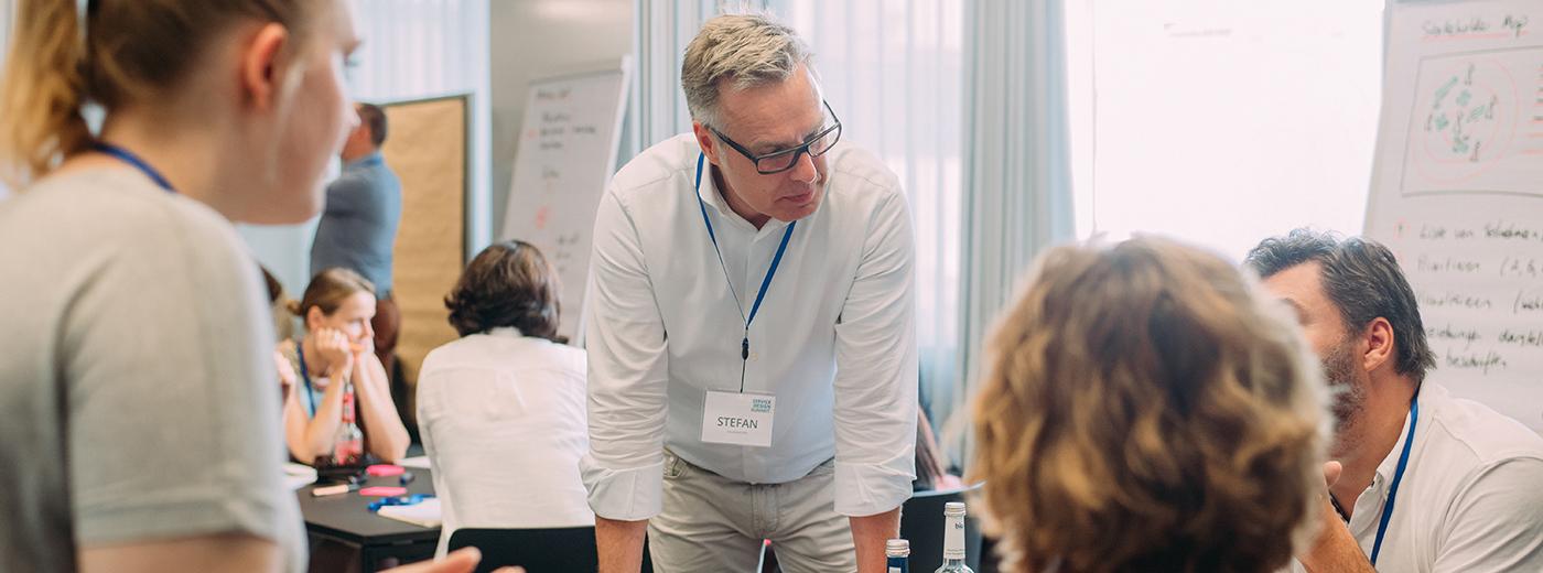 Stefan Wacker im Gespräch während eines Service Design Workshops